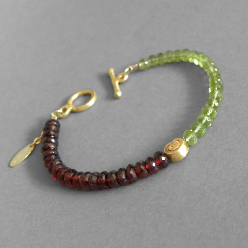 """Green-Red Berry"" Peridot Granat Armband vergoldet"